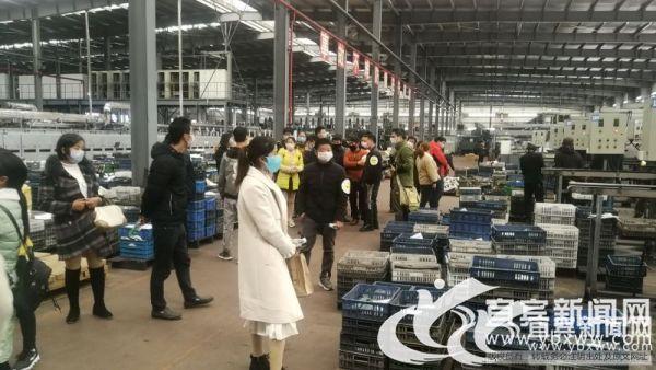 农民工们在车间里认真地参观。(宜宾新闻网 何东 摄).jpg